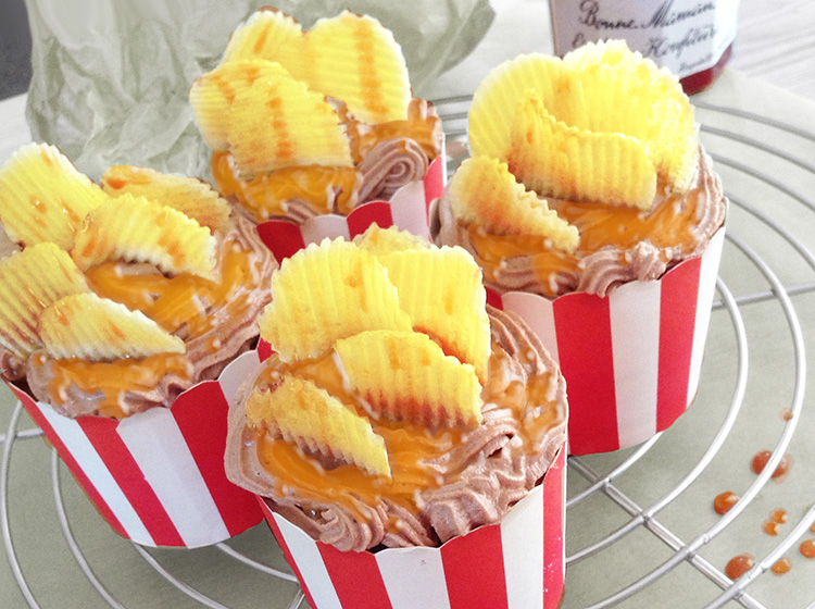 Schoko-Cupcakes mit Kartoffelchips & Karamell